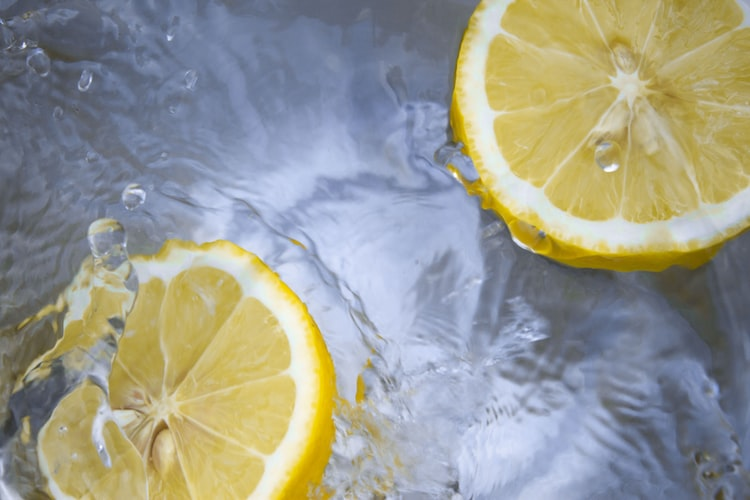 レモンが水に浮いている画像