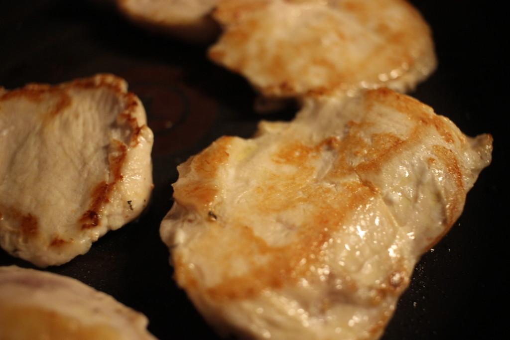 鶏むね肉を焼いてる画像