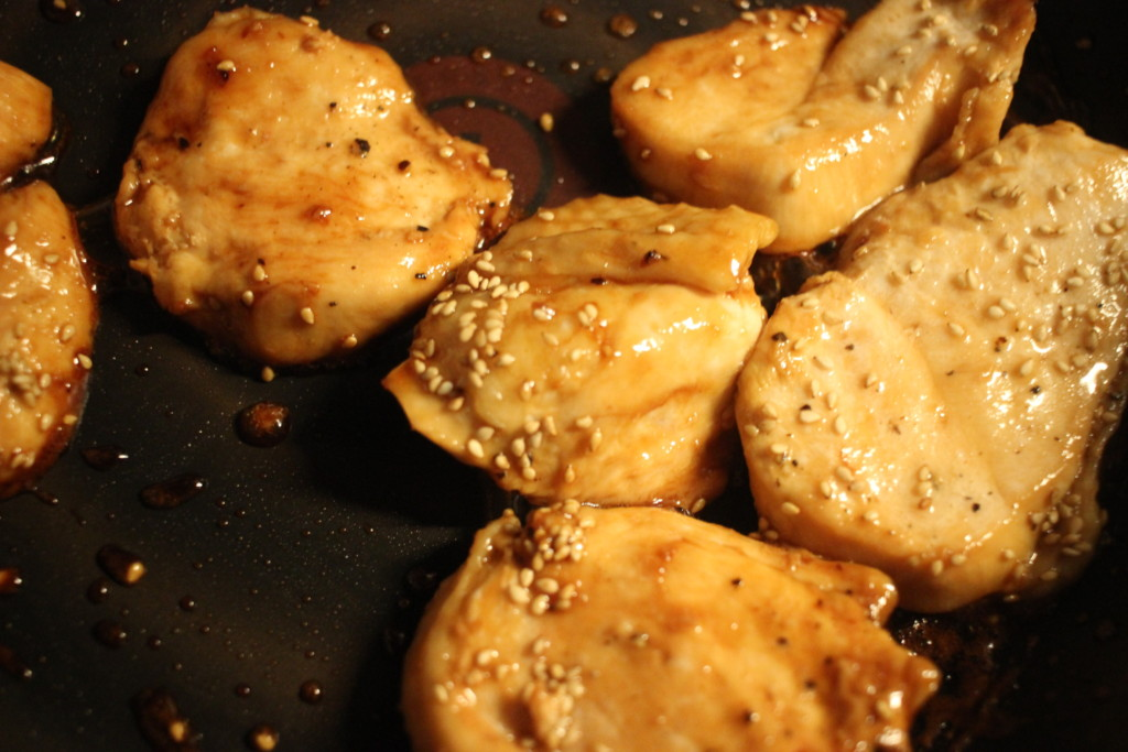 鶏むね肉に調味料を加えて焼いてる画像