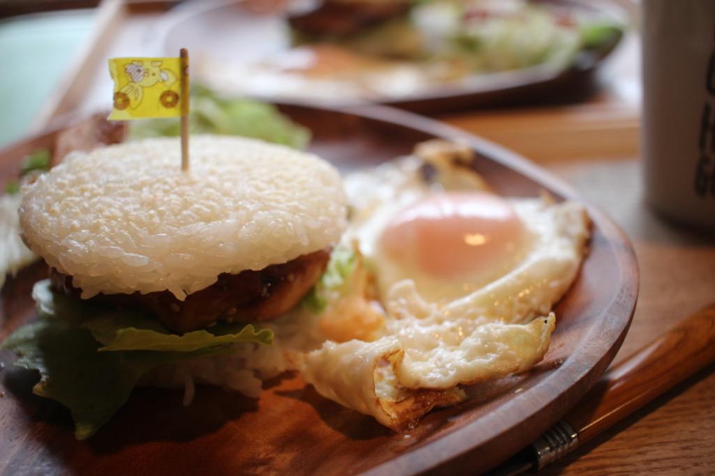 ライスバーガーが完成して食卓に並べてる画像