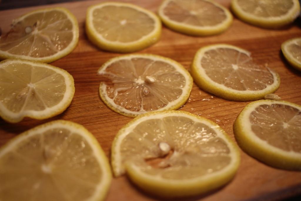 レモンの蜂蜜漬けに使うレモンを輪切りにしている画像