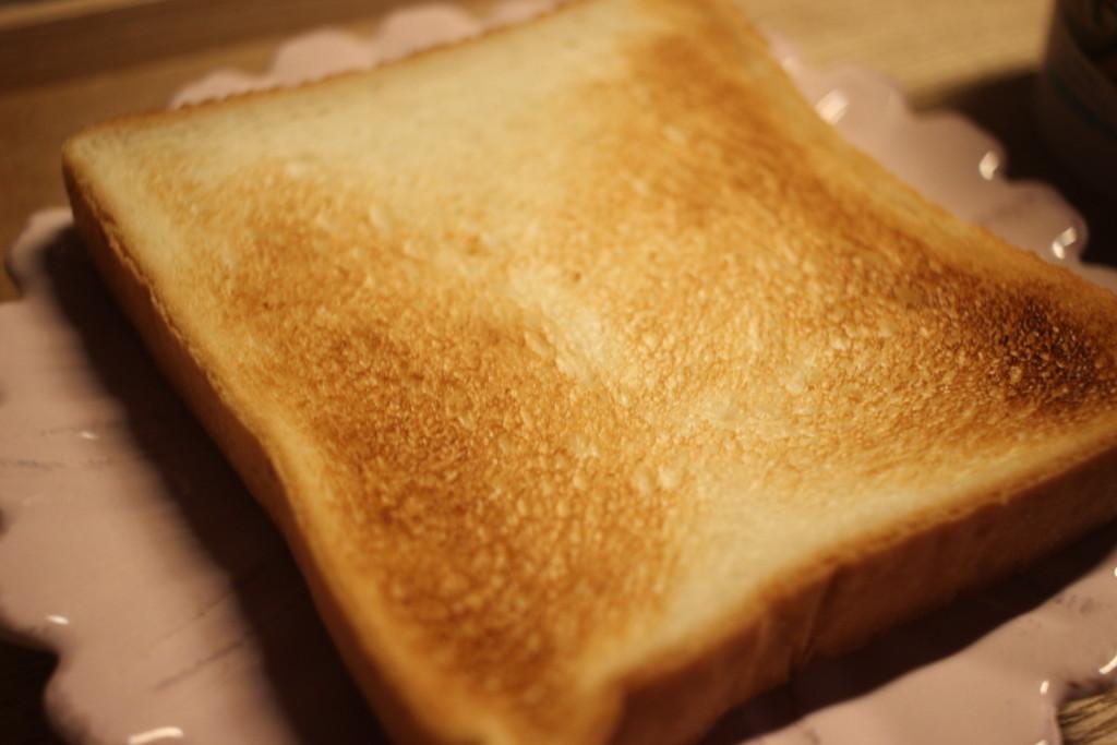 焼いたトーストの画像