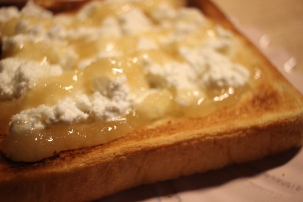 カッテージチーズとはちみつをかけたトーストの画像
