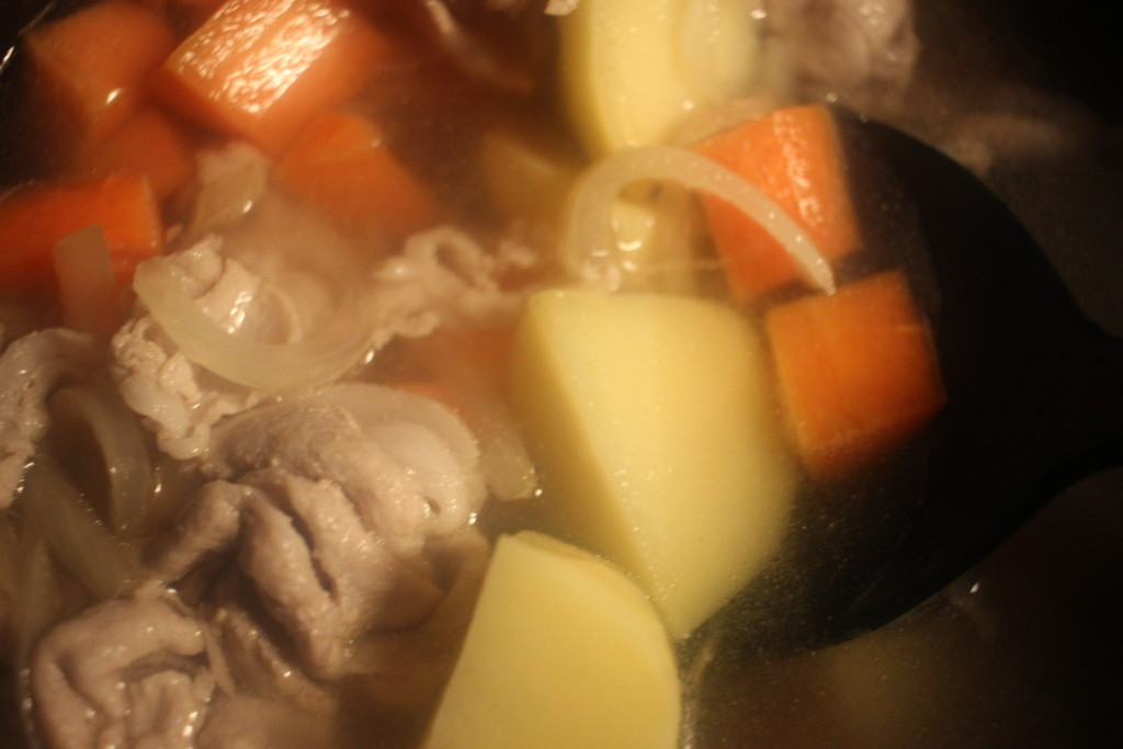 カレーの具材を鍋で煮込んでる画像