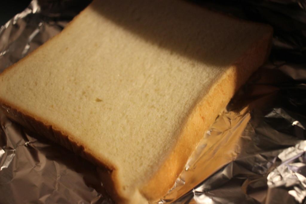 魚焼きグリルで食パンを焼いている画像