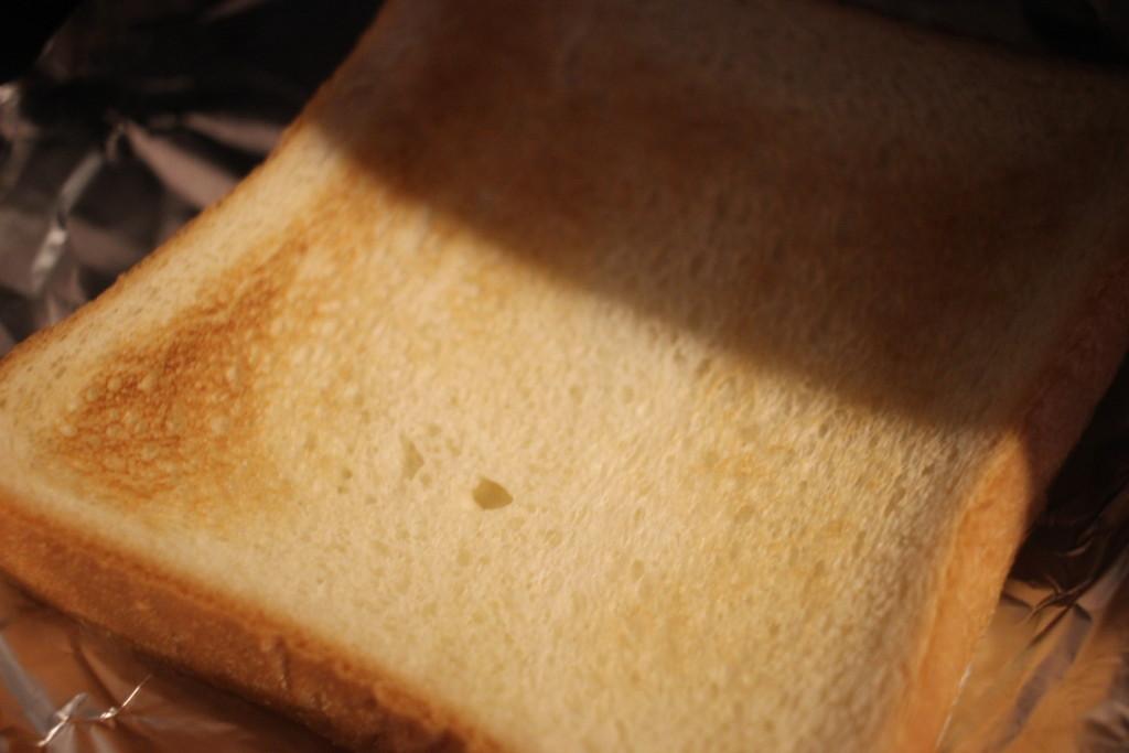 魚焼きグリルでトーストを焼いている画像