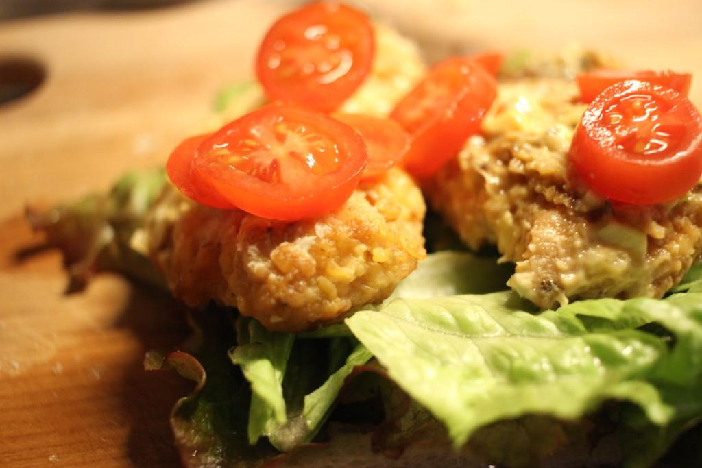 食パンに野菜とお肉を挟んでいる画像