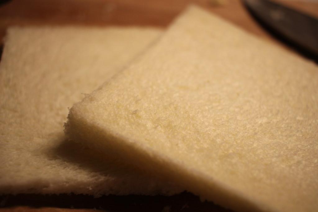 食パンを切っている画像