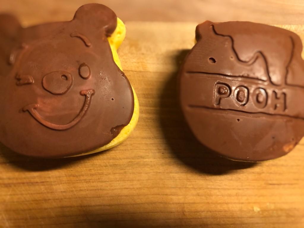 チョコレートでコーティングしている画像