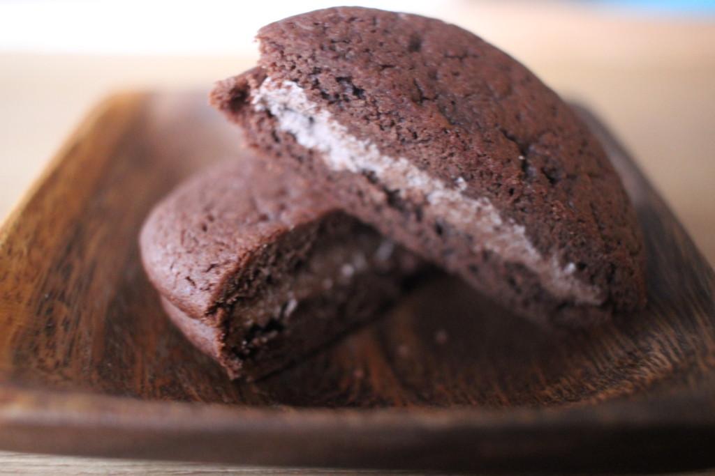 森永ミルクチョコレートケーキを半分に切った写真