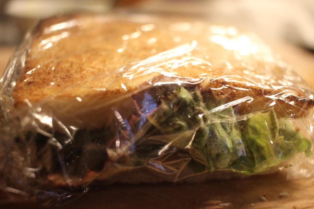 サンドイッチをラップで包んで、寝かせている画像