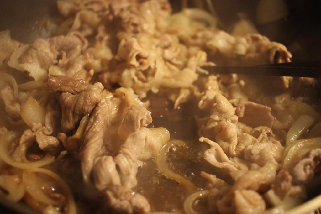 フライパンでお肉と玉ねぎを炒めている画像