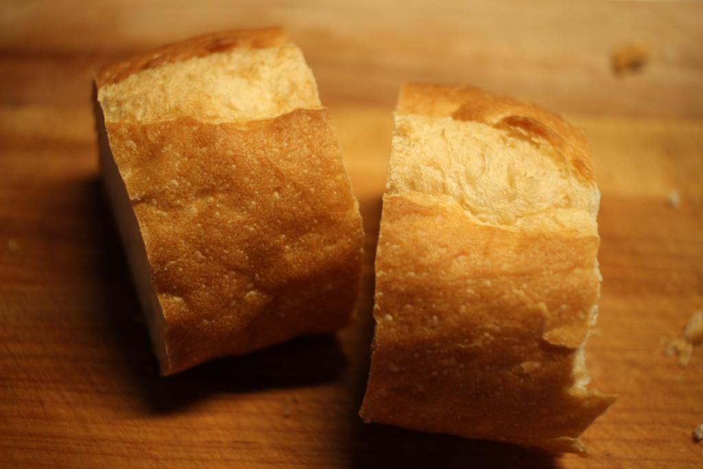 フランスパンを切ってる画像