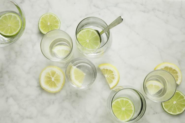 レモン水を作っている画像
