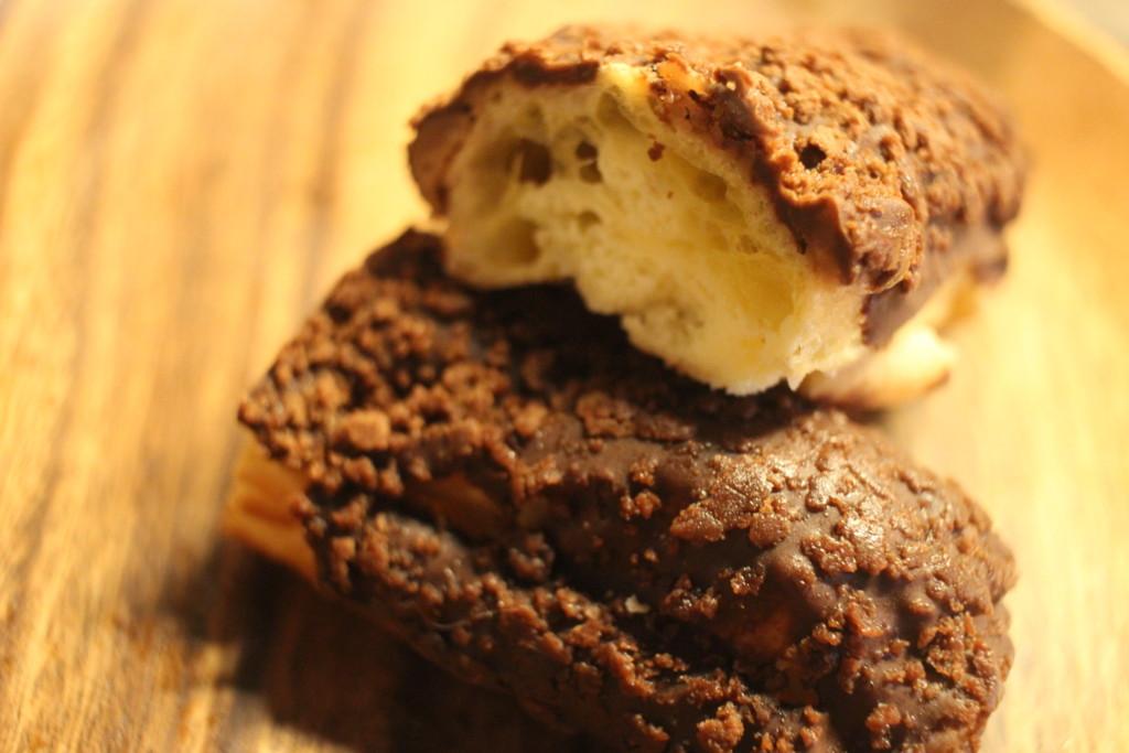 ファミリーマートのサクッと食感のチョコスティックドーナツを割った画像