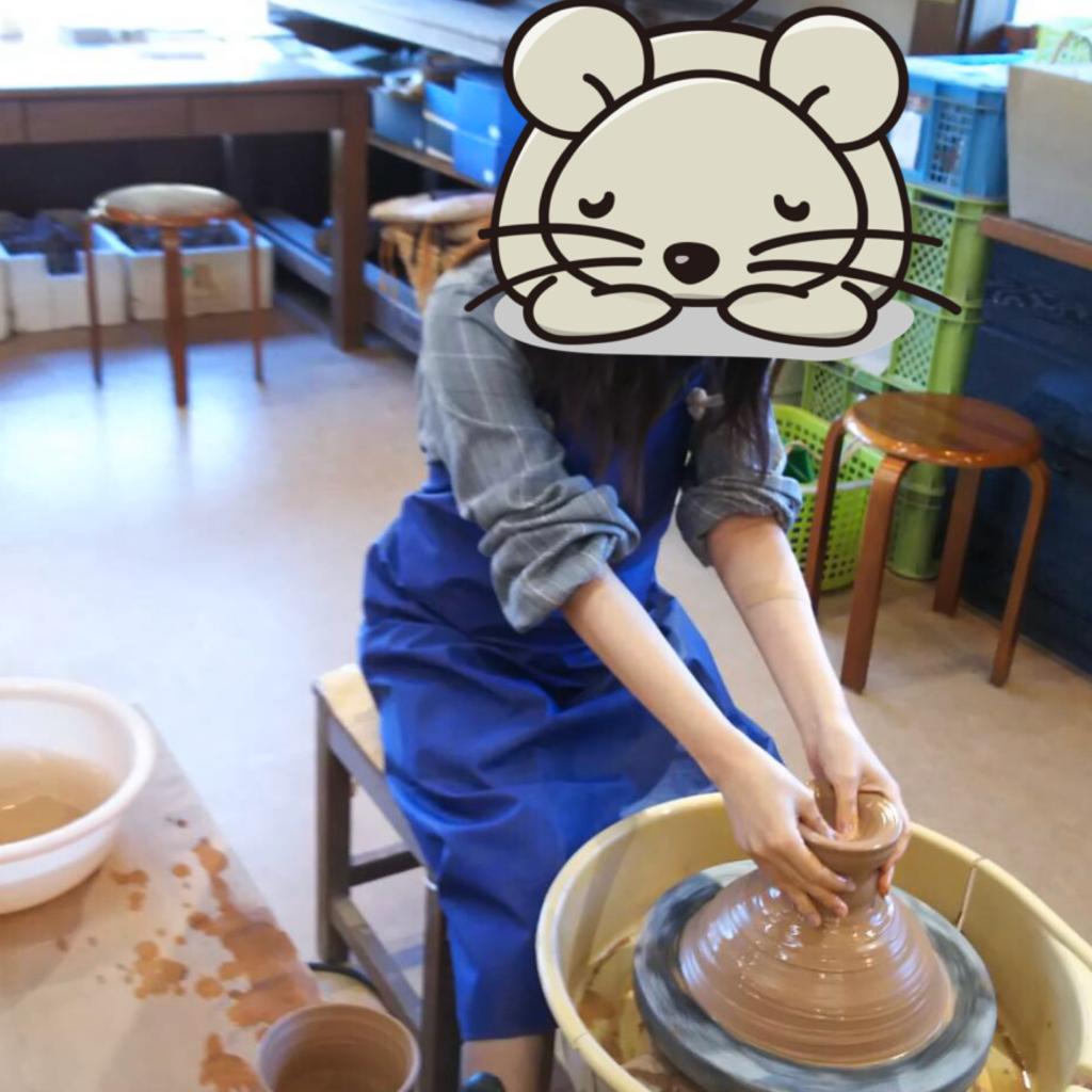 ロクロ体験でお茶碗を作っている画像