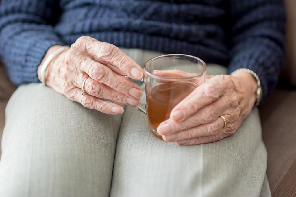 ハーブティーを飲んでいるおばあちゃんの画像
