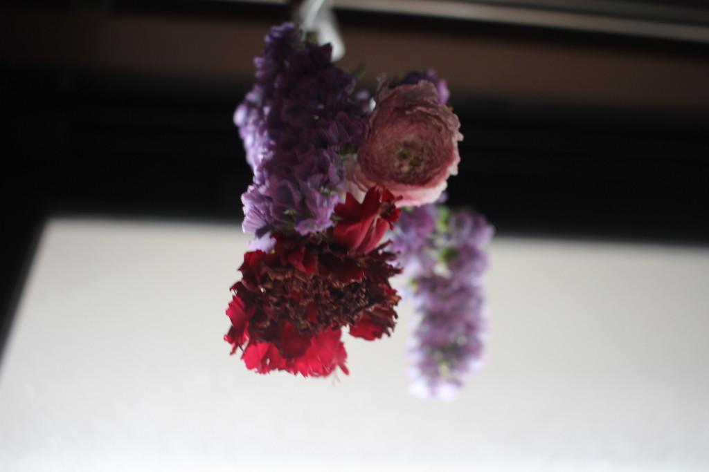 BloomeeLIFE(ブルーミーライフ)で届いた花をドライフラワーにしてる画像