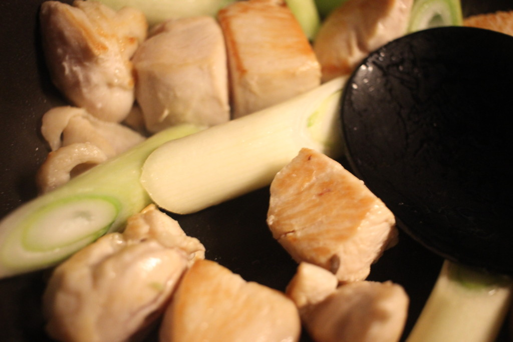 鶏胸肉とネギを炒めてる画像