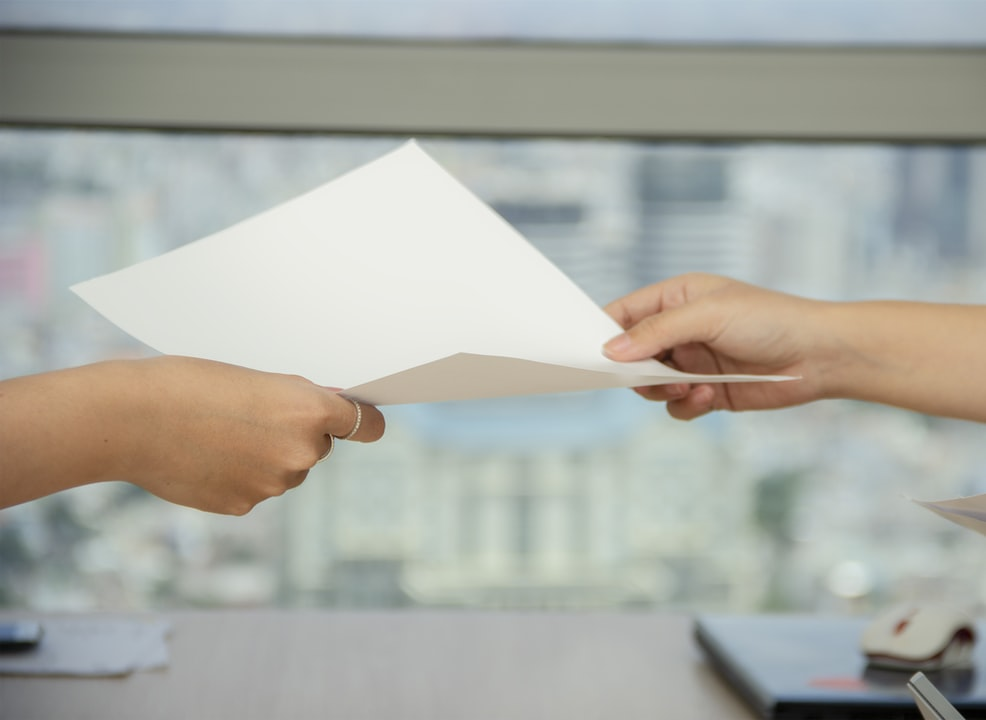 紙を渡している画像