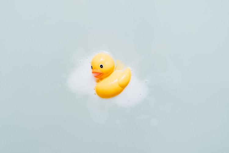 お風呂に浮いているアヒルさんの写真