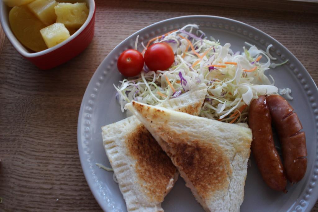 完成したツナマヨホットサンドをお皿に盛り付けた画像