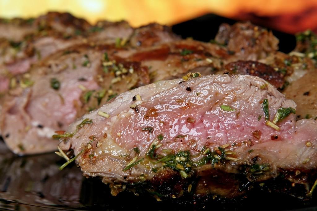 ホットプレートでお肉を焼いている画像