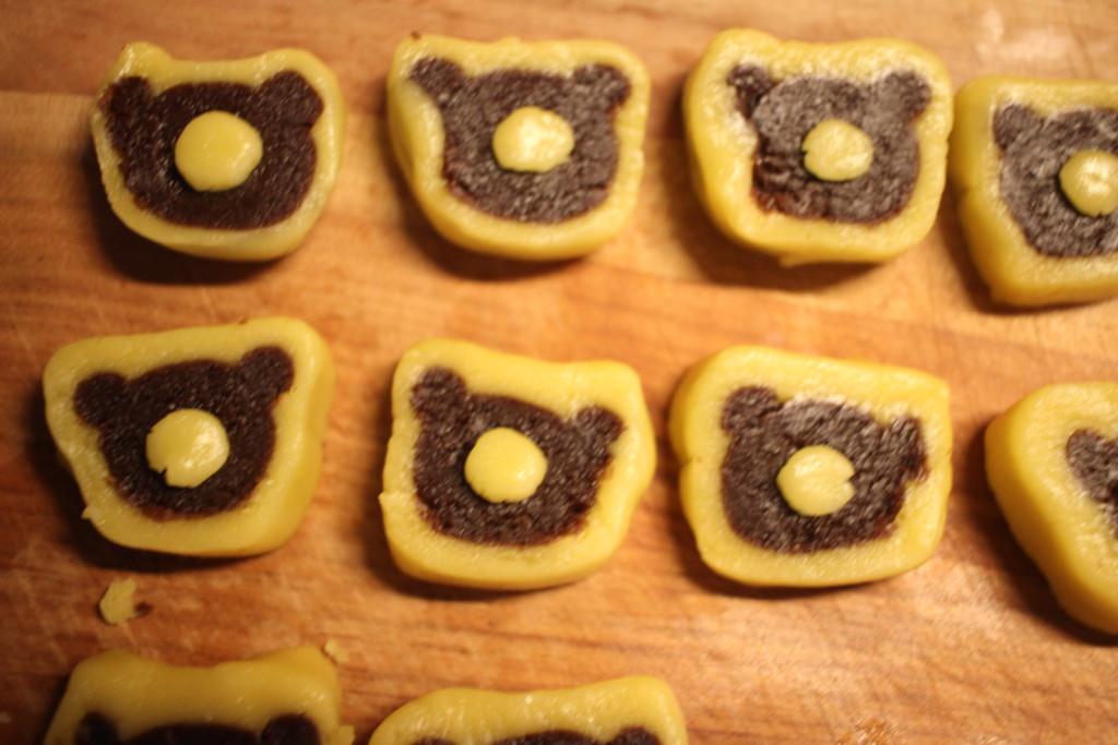 ミルームを見ながらクッキーを作っている画像
