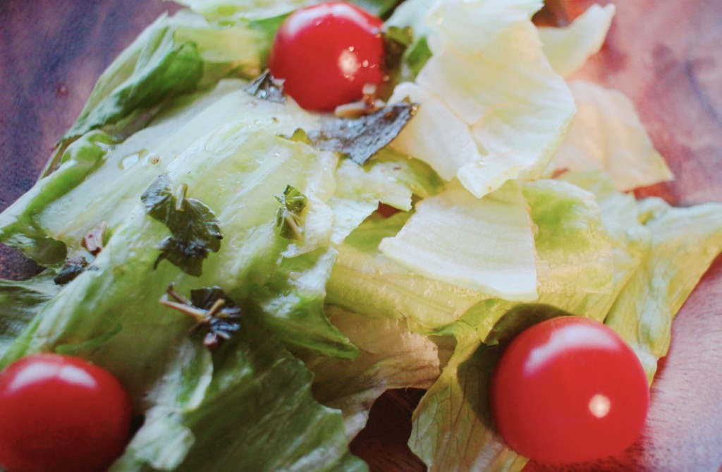 完成したノンオイルドレッシングをかけたサラダの画像