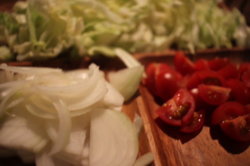 野菜を盛り付けている画像
