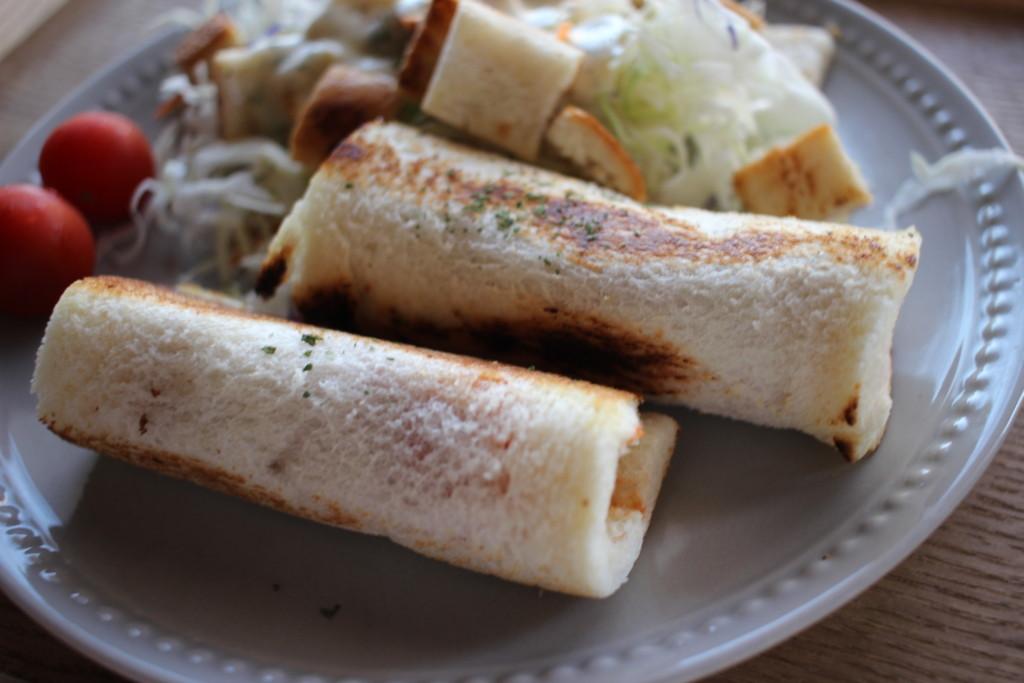 食パンで作る「チーズソーセージロール」の作り方