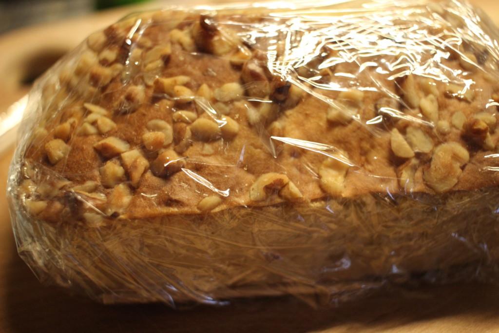 ノンバターバナナパウンドケーキをラップで包んでしっとりとしたケーキに仕上げている画像