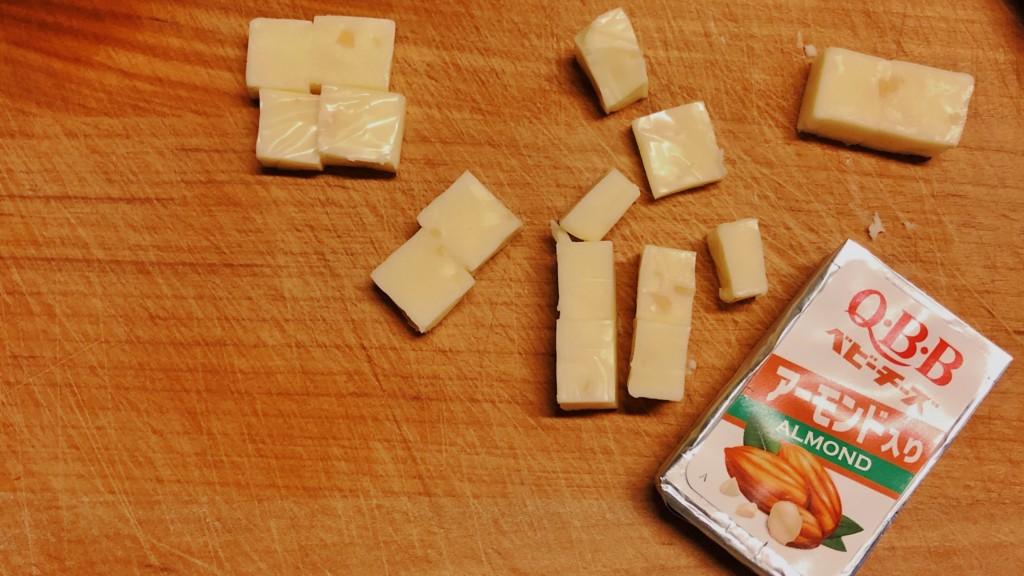 アーモンド入りベビーチーズを切っている画像