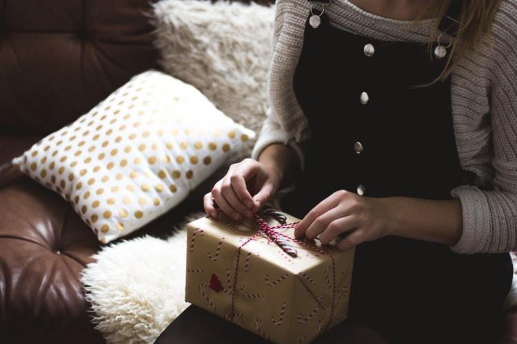 プレゼントを開ける女性の画像