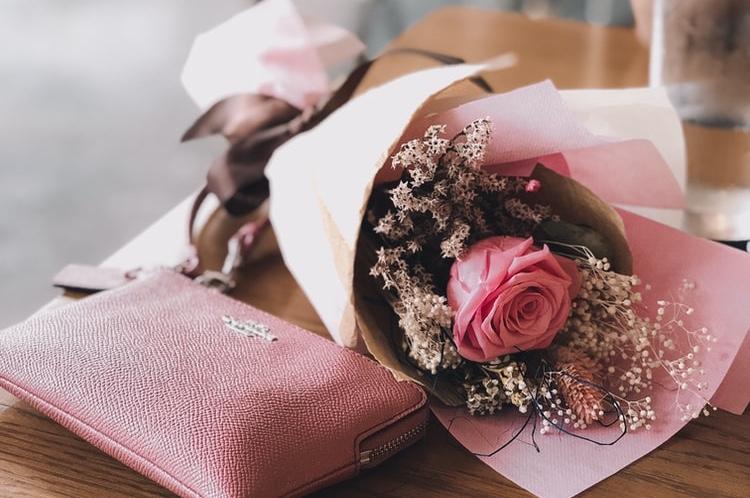 花をプレゼントしている画像