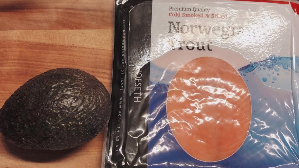 スモークサーモンとアボカドバーガーの材料の写真