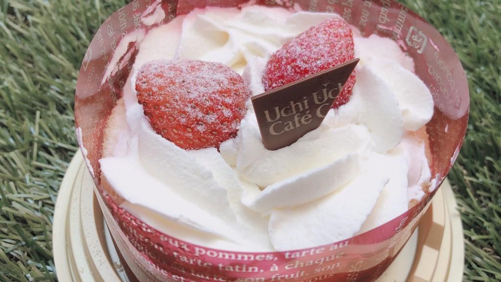 ローソンで購入できる苺のミニホールケーキを開けた画像
