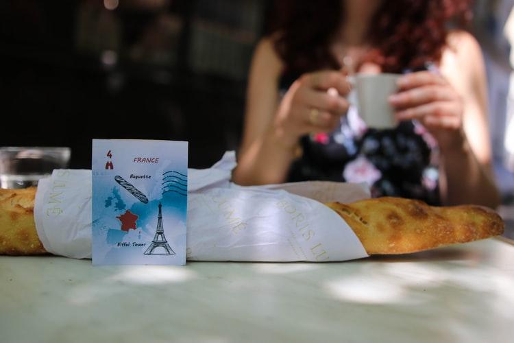 コーヒーを飲むパリジェンヌの画像