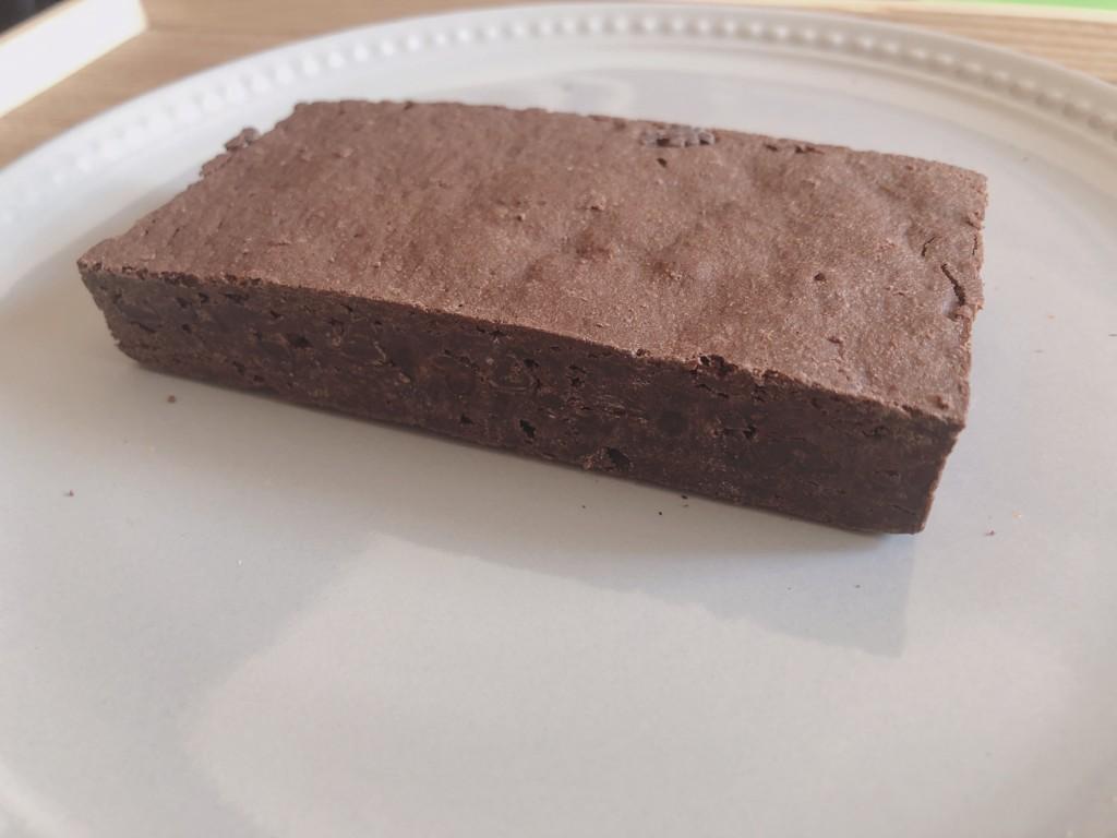ローソンで購入できる、割れチョコブラウニーをお皿に出してみた画像