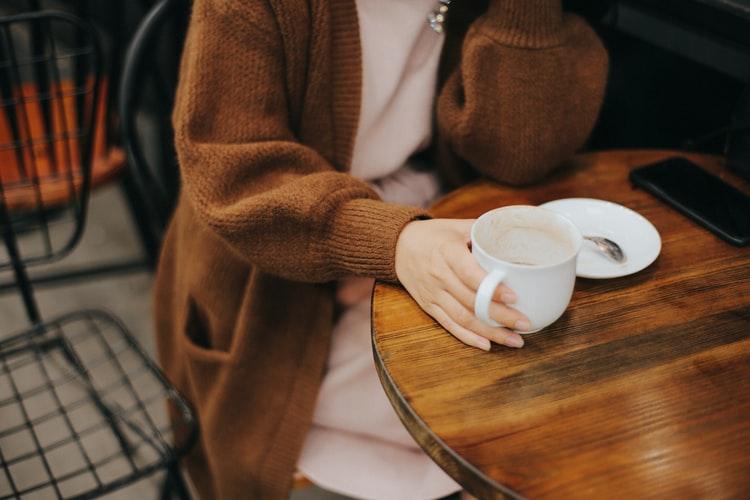 カフェでくつろいでいる女性の画像