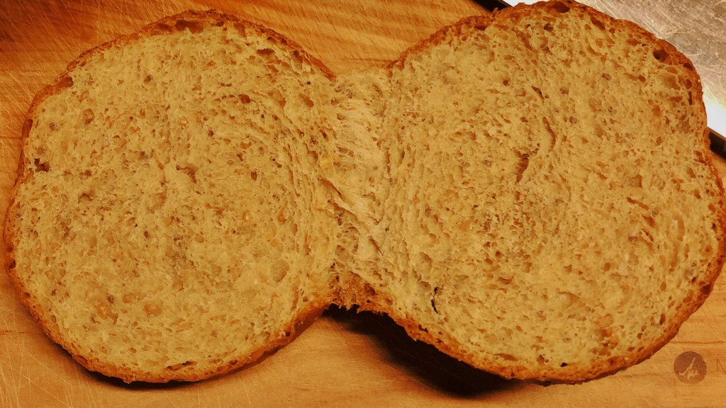 パンを切っている画像