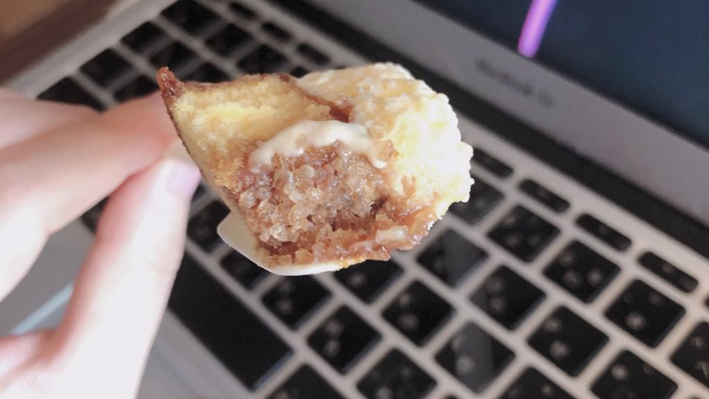 ローソンのシャリトロール-ブリュレロールケーキのザラメ