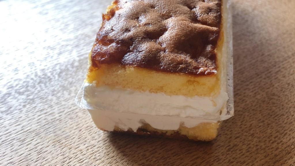 ローソンで購入できる「カステラ風サンドケーキ」の側面の画像
