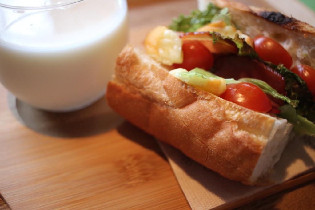 フランスパンで作る燻製チーズベーコンサンドの材料