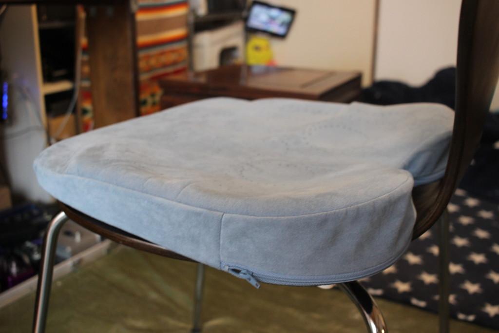 アウルカンフィ3Dプレミアムを椅子に乗せてみた画像