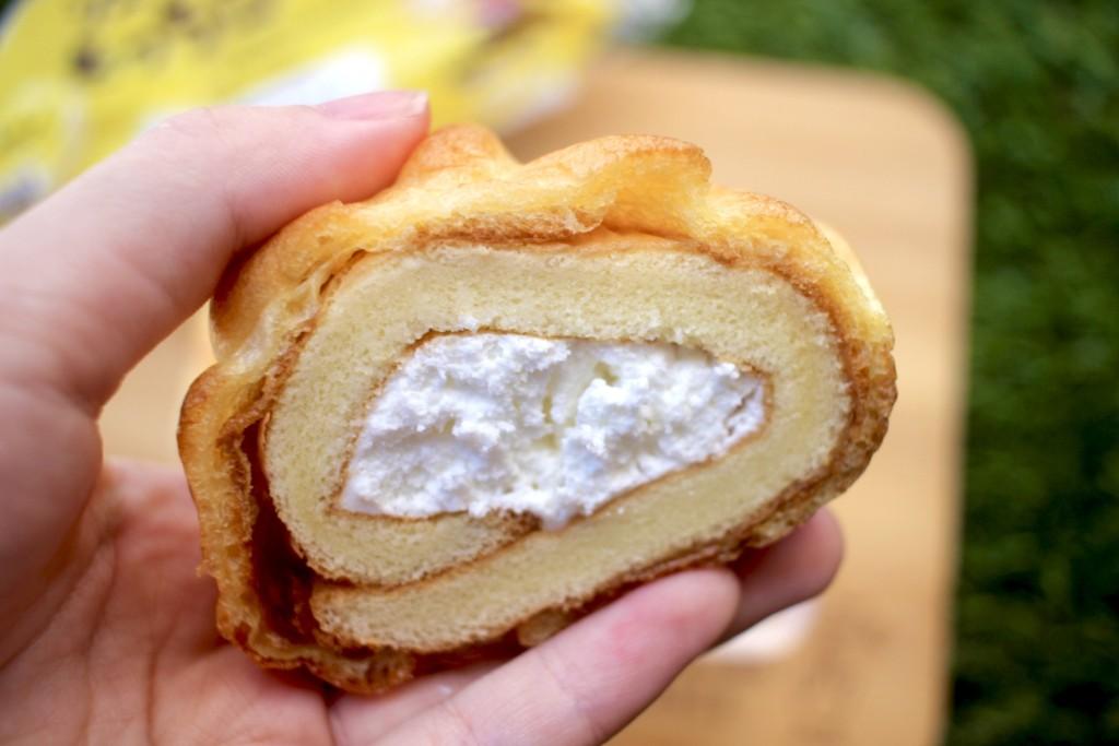 山崎製パンの「シューで巻いたもっちロール」の味