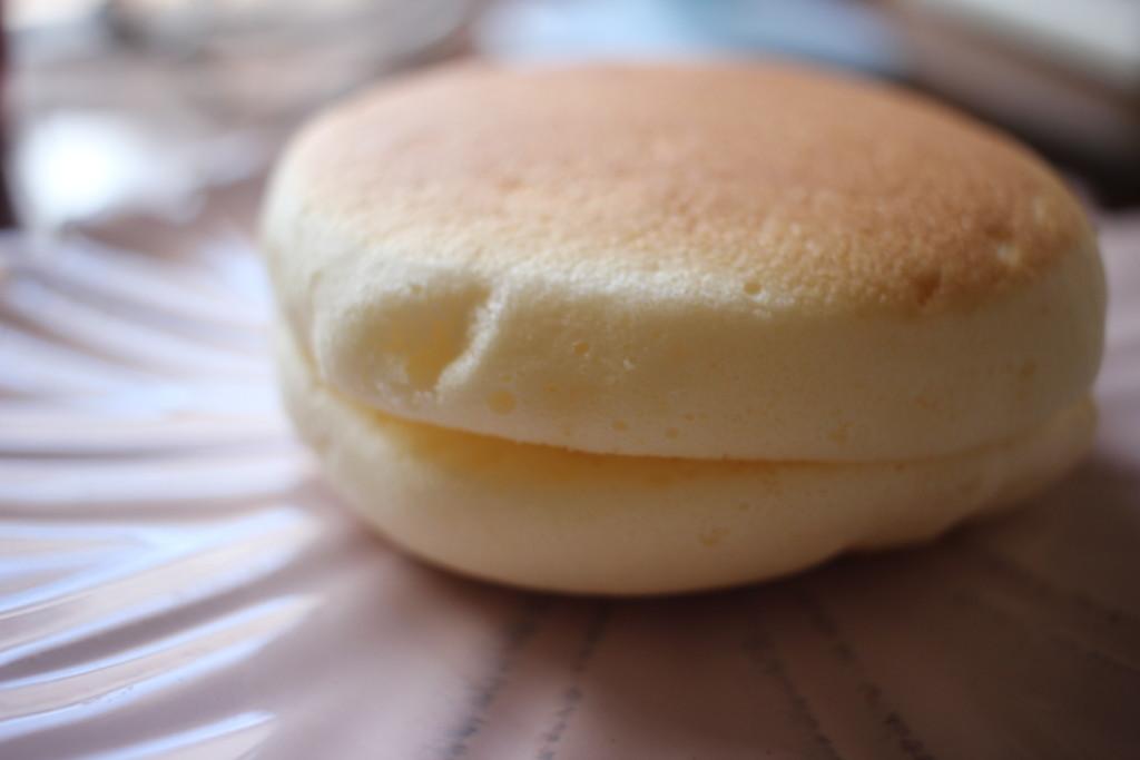 山崎製パンの「焼きチーズスフレ」の横