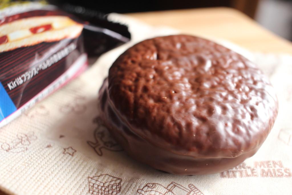 チョコパイ×Kiriコラボ!バスクチーズケーキ味を開封