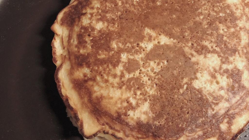 オートミールのパンケーキを焼いている画像