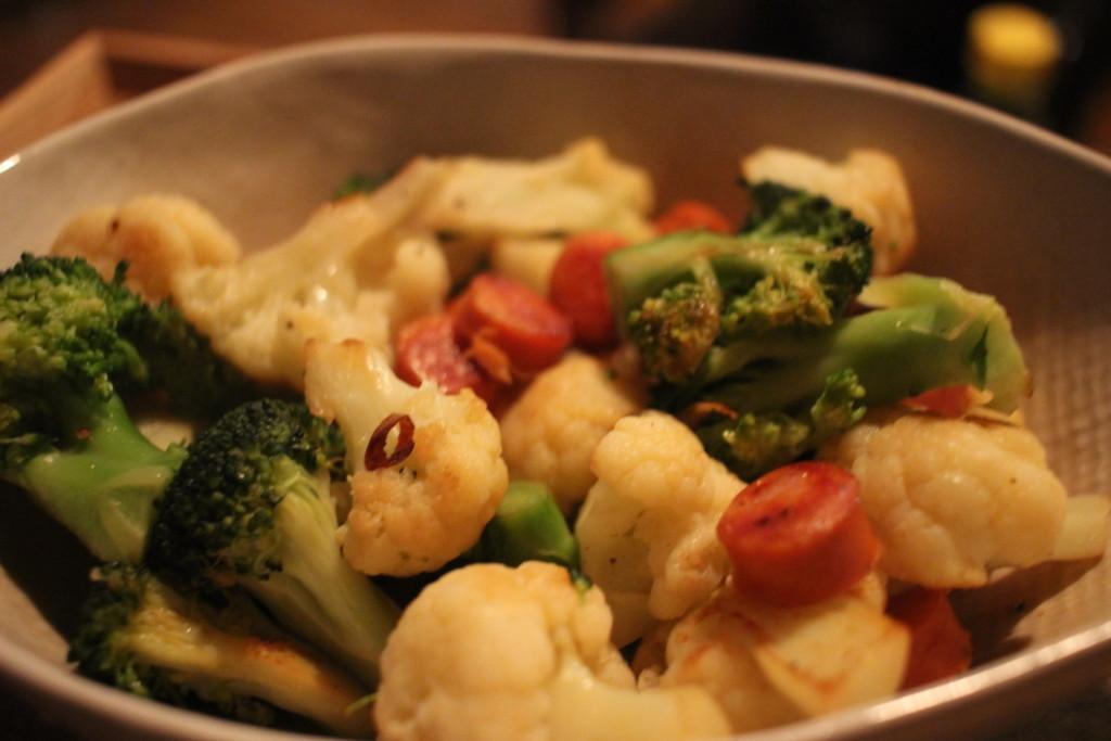 ブロッコリーとカリフラワーのピリ辛ソーセージ炒めは、あと一品欲しい時にもおすすめのレシピ♪